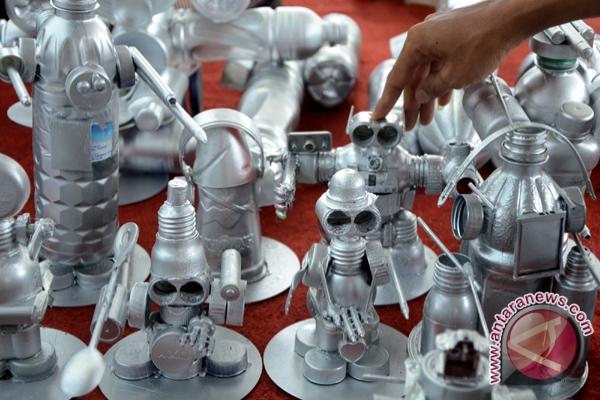 Mainan robot terbuat dari barang bekas (Foto Antarasumsel.com/Nila Fu