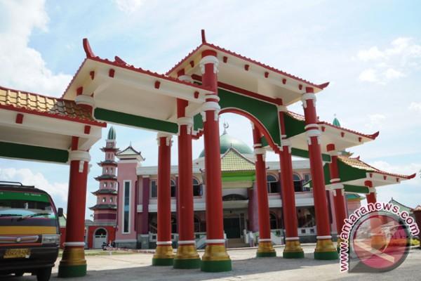 Gerbang dan bangunan masjid Cheng Hoo Yanun yang terletak di kawasan