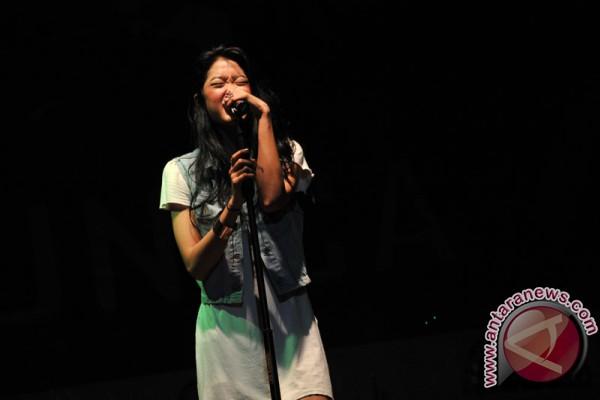 Vokalis Vierra Widi unjuk kemampuan pada konser amal Vierra dan Ran di