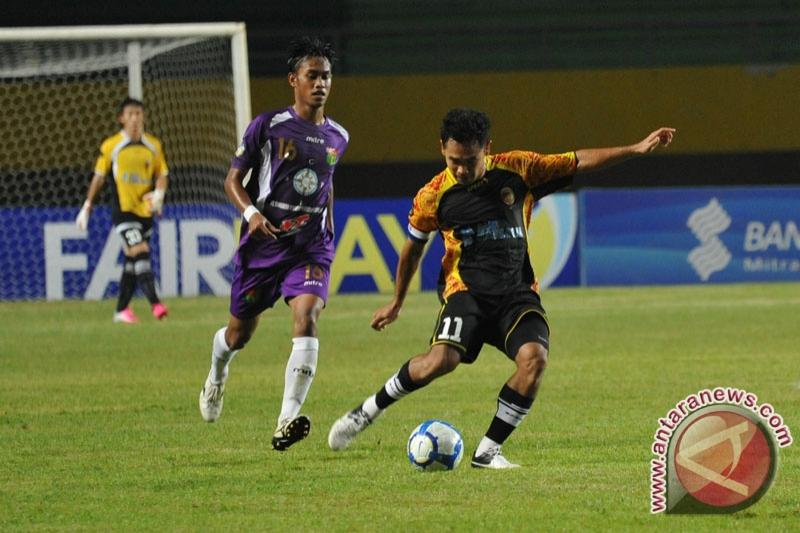 Pemain Sriwijaya FC Ponaryo Hastaman (kanan) saat menghadapi Persita