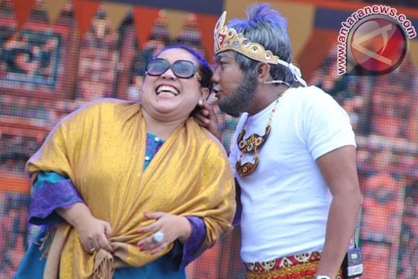 Aksi Nunung dan Azis pada pertunjukkan Opera van java road to