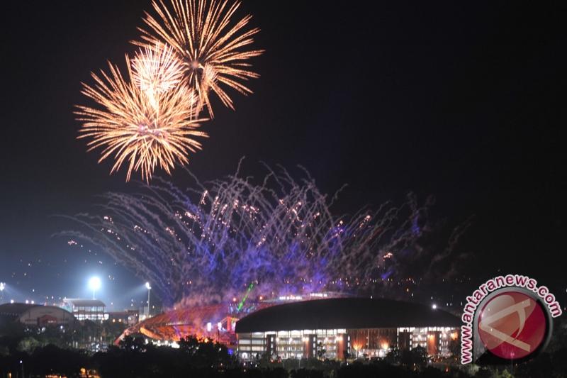 Upacara pembukaan ISG disemarakkan pesta kembang api di Stadion Glora ...