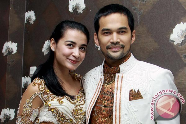 Pasangan artis Shireen Sungkar (kiri) dan Tengku Wisnu (kanan) berpose