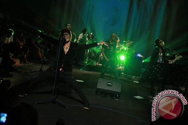 Kelompok musik Slank tampil dalam sebuah konser mini bagi para