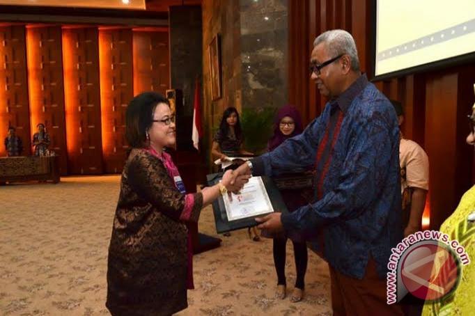 Menteri Perindustrian Alex SW Retraubun menyerahkan piagam penghargaan ...