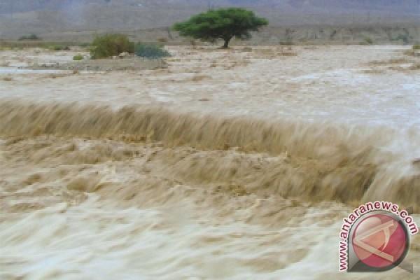 Jalur transportasi Sumbar-Sumut terputus akibat banjir
