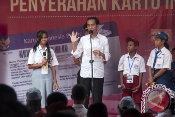 Presiden Jokowi Bagi KIP di Ambon