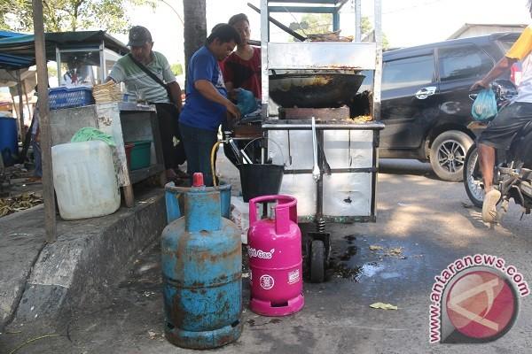 Pedagang Gorengan Ini Terpaksa Gunakan Gas 15Kg