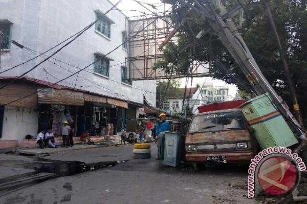 Tiang Listrik Tumbang Macetkan Inti Kota Medan