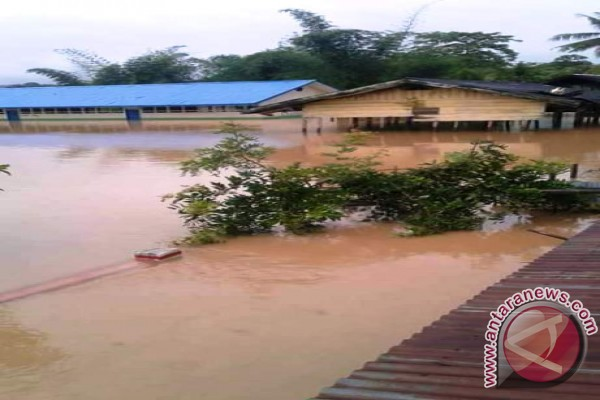 Pemda Bantu Salurkan Bantuan  Banjir Bandang