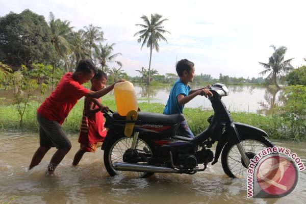 Bawa BBM Lintasi Banjir