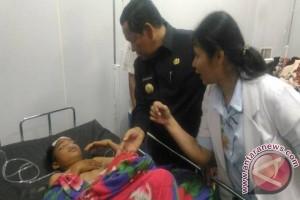 Bupati Samosir Besuk Korban di Rumah Sakit