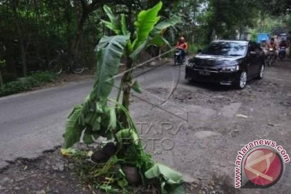 Jalan Lintas Sumatera di Labusel Rusak Parah