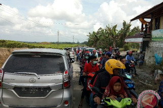Jalur objek wisata Simarjarunjung macet