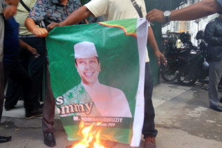 Kader PPP bakar foto Romahurmuziy