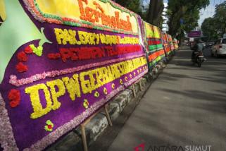 Tengku Erry  banjir karangan bunga