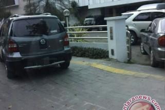Kendaraan dilarang parkir di pedestrian