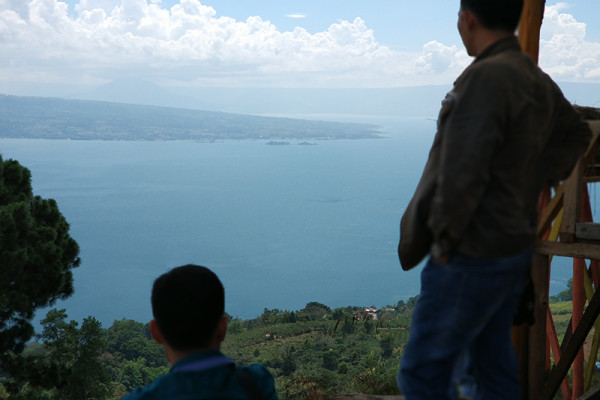 Menikmati Danau Toba di Puncak Simarjarunjung
