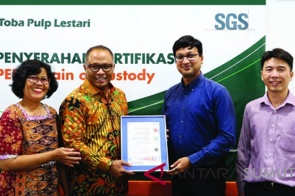 Komisaris Utama PT TPL Ignatius Ari Djoko Purnomo (kedua kiri), dan Mill VLK & Lab. QA/QC Head, Sri Nurhayati (kiri)