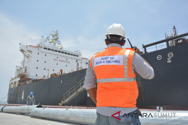Tanker mars sandar di Pelabuhan Kuala Tanjung