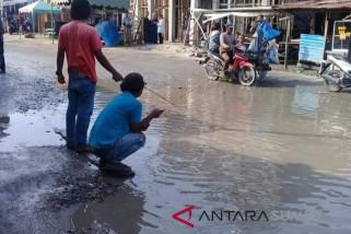 Warga mancing di jalan mirip kolam