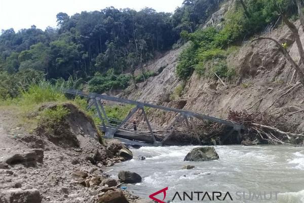 Jembatan Peatolong-Siarangarang Taput ambrol