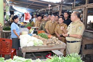 Bupati pantau harga sembako di pasar rakyat