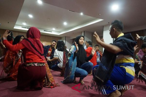 Siswa peserta SMN latihan menari