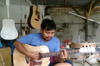 Pemuda Siantar produksi gitar akustik