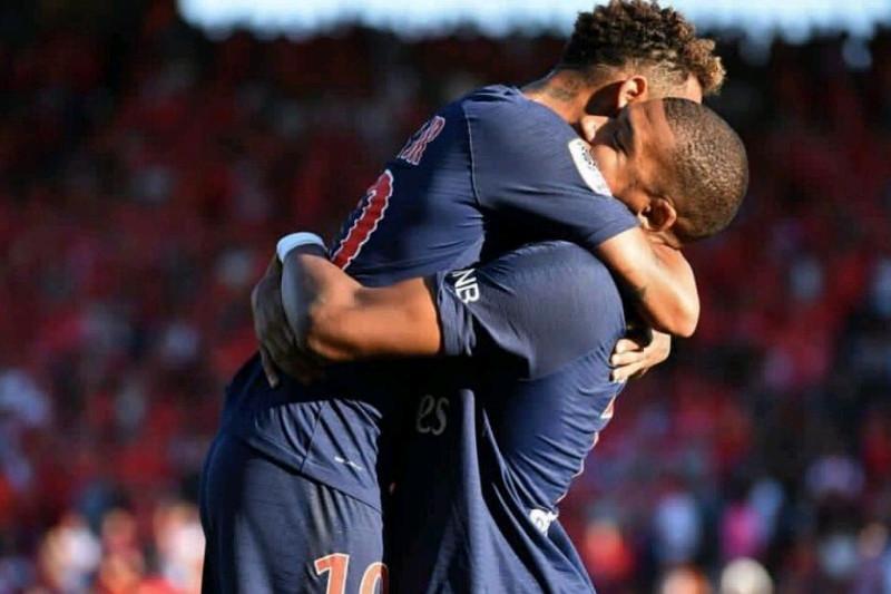 Mbappe mencetak gol, namun harus menerima kartu merah