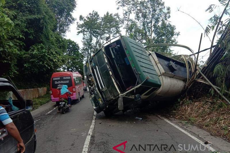 Truk pengangkut  CPO terbalik di Sibolangit