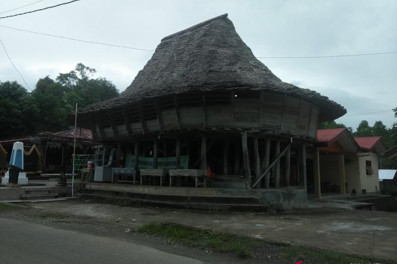 Pemkot Gunungsitoli renovasi rumah adat secara bertahap