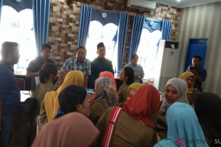 Ratusan bidan PTT datangi DPRD Madina